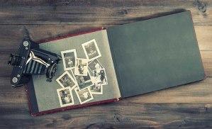 Cámara y album con viejas fotos de familia