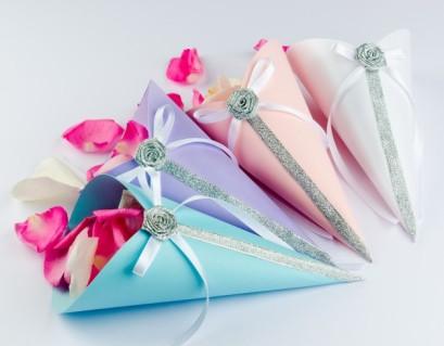petalos-de-rosa-en-confeti-conos-con-arcos-de-cinta-de-raso_1385-1527