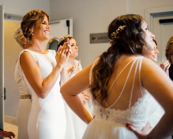Novias desfilando con su traje de novia real.